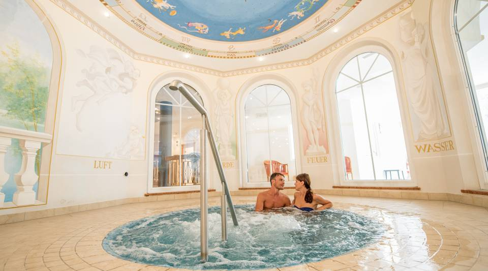 Paar im Whirlpool im Wellness Hotel Post in Sulden